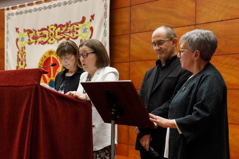 Socorro Caballero, Ramón Górriz, Teresa Labalde y Rita Maeztu pronuncian el tradicional discurso de los estudiantes.