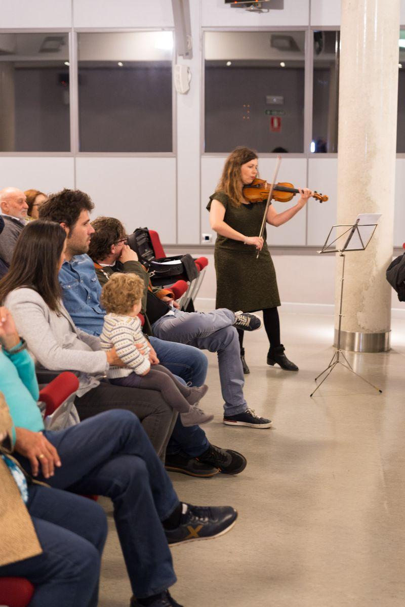La violinista Belén Estaje interpreta una pieza musical