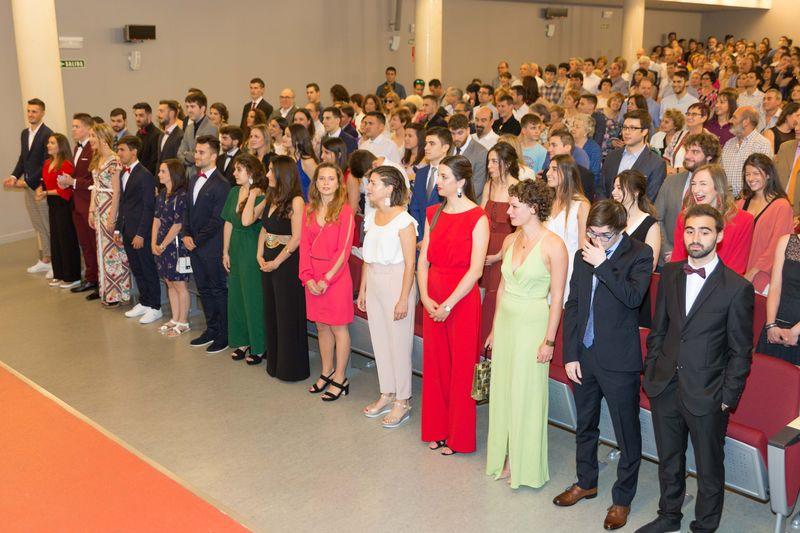 Estudiantes y público, antes de iniciarse la ceremonia.