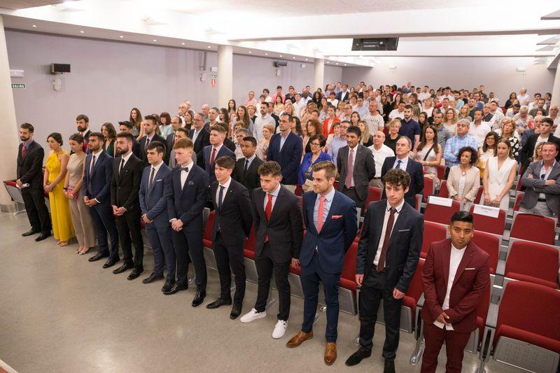 Estudiantes y público, al comienzo de la ceremonia