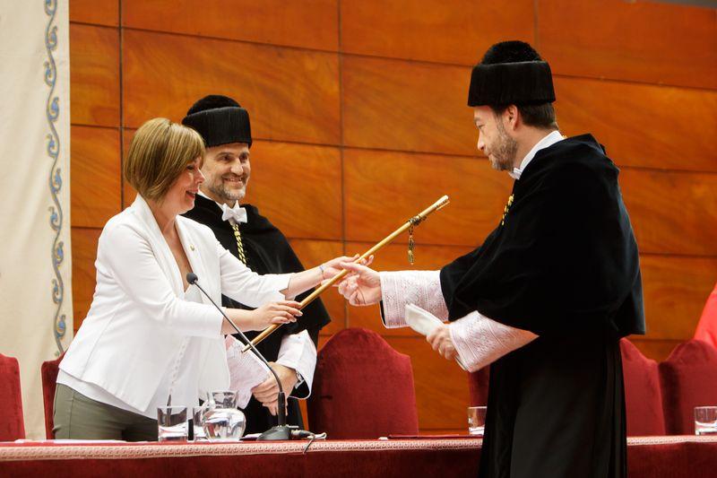 La presidenta Uxue Barkos entrega la vara de rector a Ramón Gonzalo.