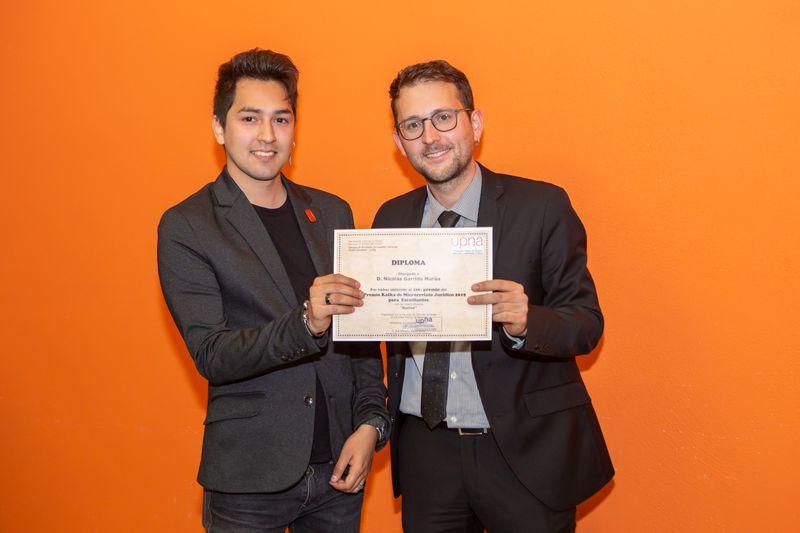 Nicolás Garrido recoge el primer premio Kafka de la mano del profesor Julen Llorens.