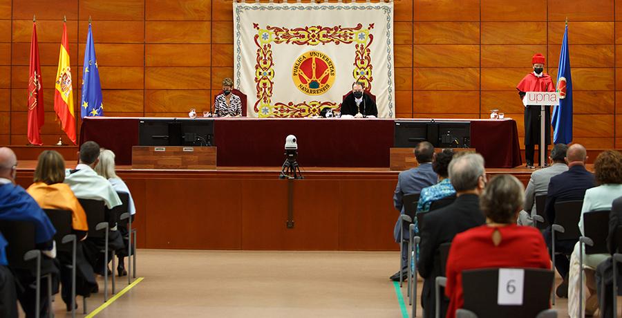La ceremonia ha estado presidida por la presidenta del Gobierno de Navarra, María Chivite, y el rector, Ramón Gonzalo