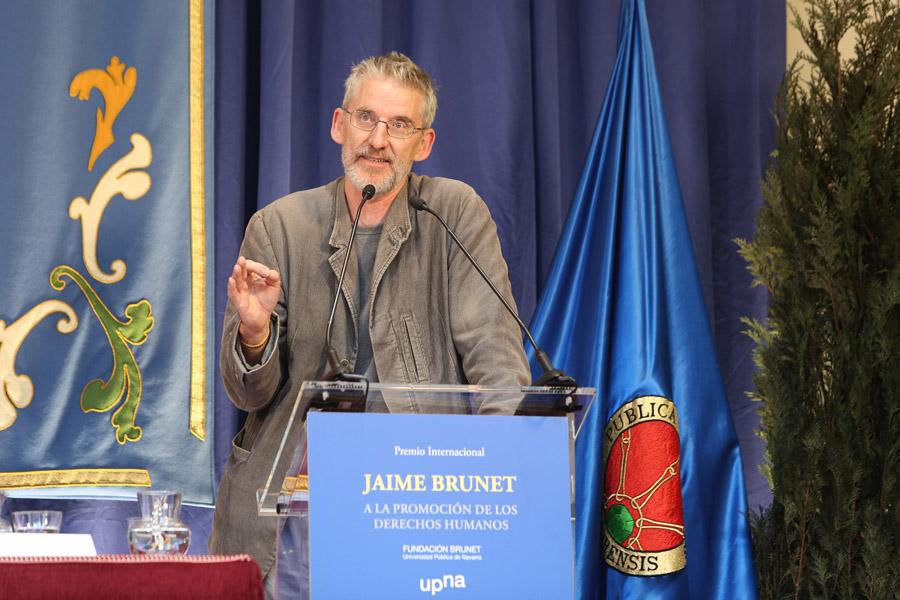 Clive Stafford Smith, Reprieve gobernuz kanpoko erakundearen sortzailea, saria jasotzean esker ona erakusteko eman duen hitzaldian.