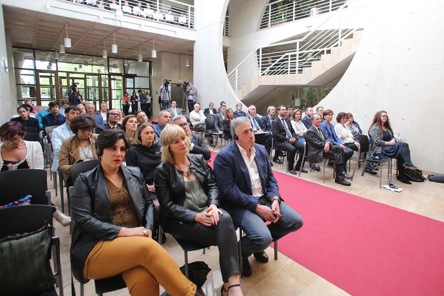 Las principales autoridades de Navarra han acudido al acto, celebrado en el Rectorado.