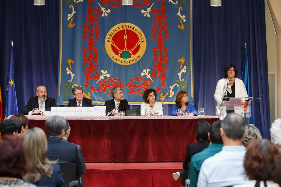 Pilar Irigoien, de CEIN, dirige unas palabras a la audiencia.