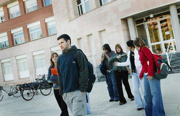 Estudiantes, en el exterior de la Facultad.