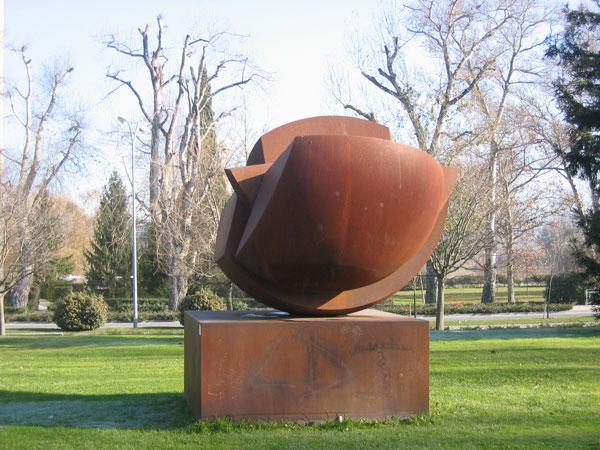 """""""Esfera rota"""". Faustino Aizcorbe (1997)."""
