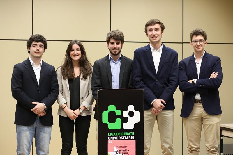 Equipo ganador de la XV Liga de Debate Universitario: Alfonso Urrizburu, Jesús Vidán Peña, José Garrido Sola, Andrea Dallo e Iñigo De Carlos.