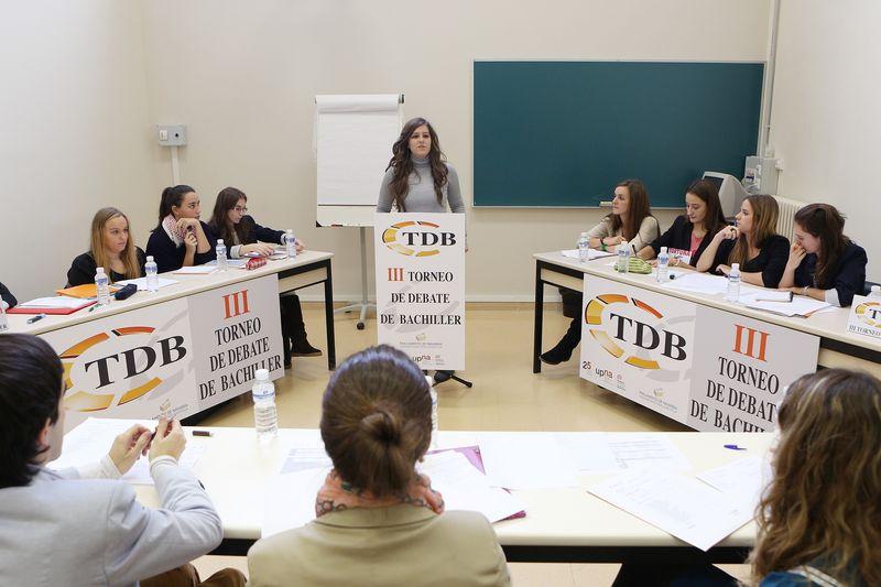 La oradora se esfuerza en argumentar su tesis en el debate Teresianas-Liceo Monjardín