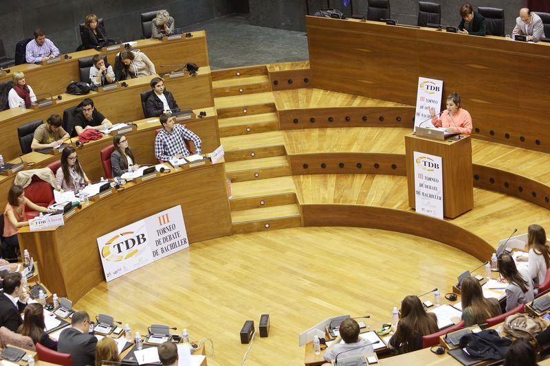 Instantes de intensa oratoria, en la final del III Torneo de Debate de Bachillerato