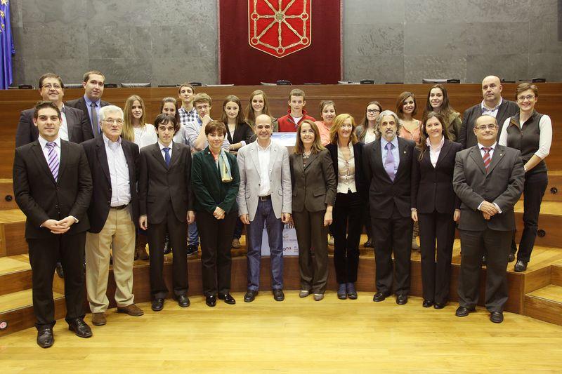 Foto de los equipos ganadores, miembros del jurado y autoridades