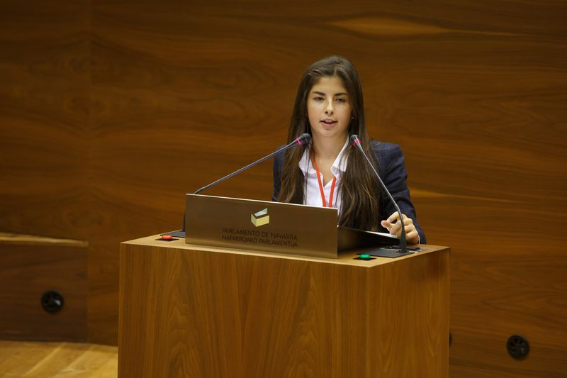 La oradora explica con detalle su postura