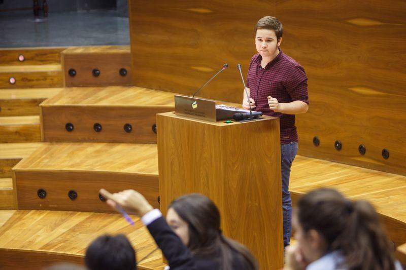 Un debatiente en el Parlamento de Navarra.