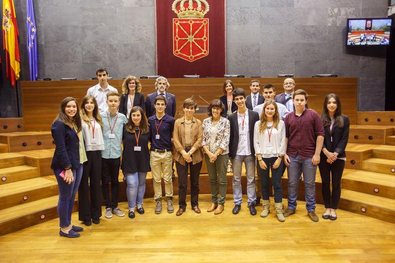 Foto de los jurados y equipos finalistas del V Torneo de Debate de Bachillerato.
