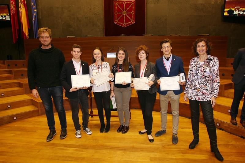 Equipo de San Ignacio, ganadores del torneo, en el Parlamento de Navarra