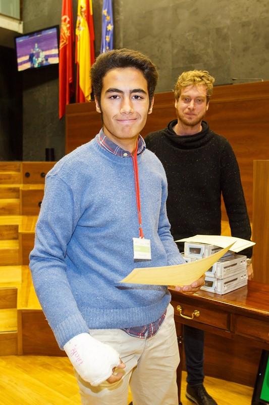 Javier Vineta, de Miravalles - Redín, recibiendo el diploma al mejor orador