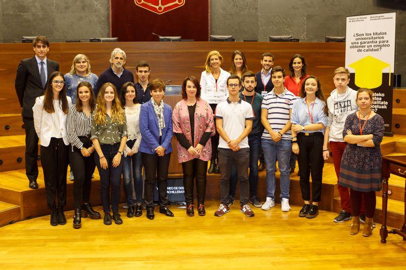 Foto final con los ganadores, autoridades y miembros del jurado del VIII Torneo de Debate de Bachillerato.